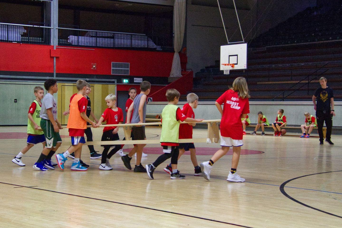 U12: Jaroslaw Zinn zieht zum Korb im Spiel gegen Hanau