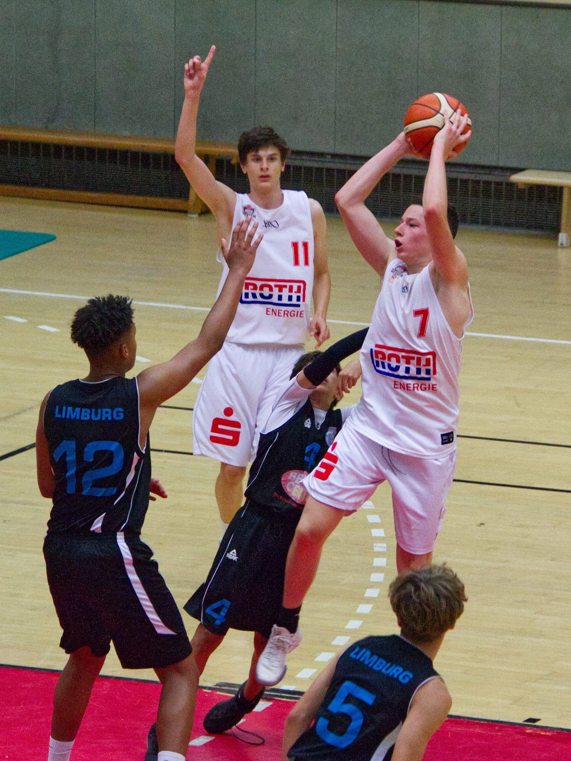 Nils Graf mit dem Pass im U18-Testspiel gegen Limburg